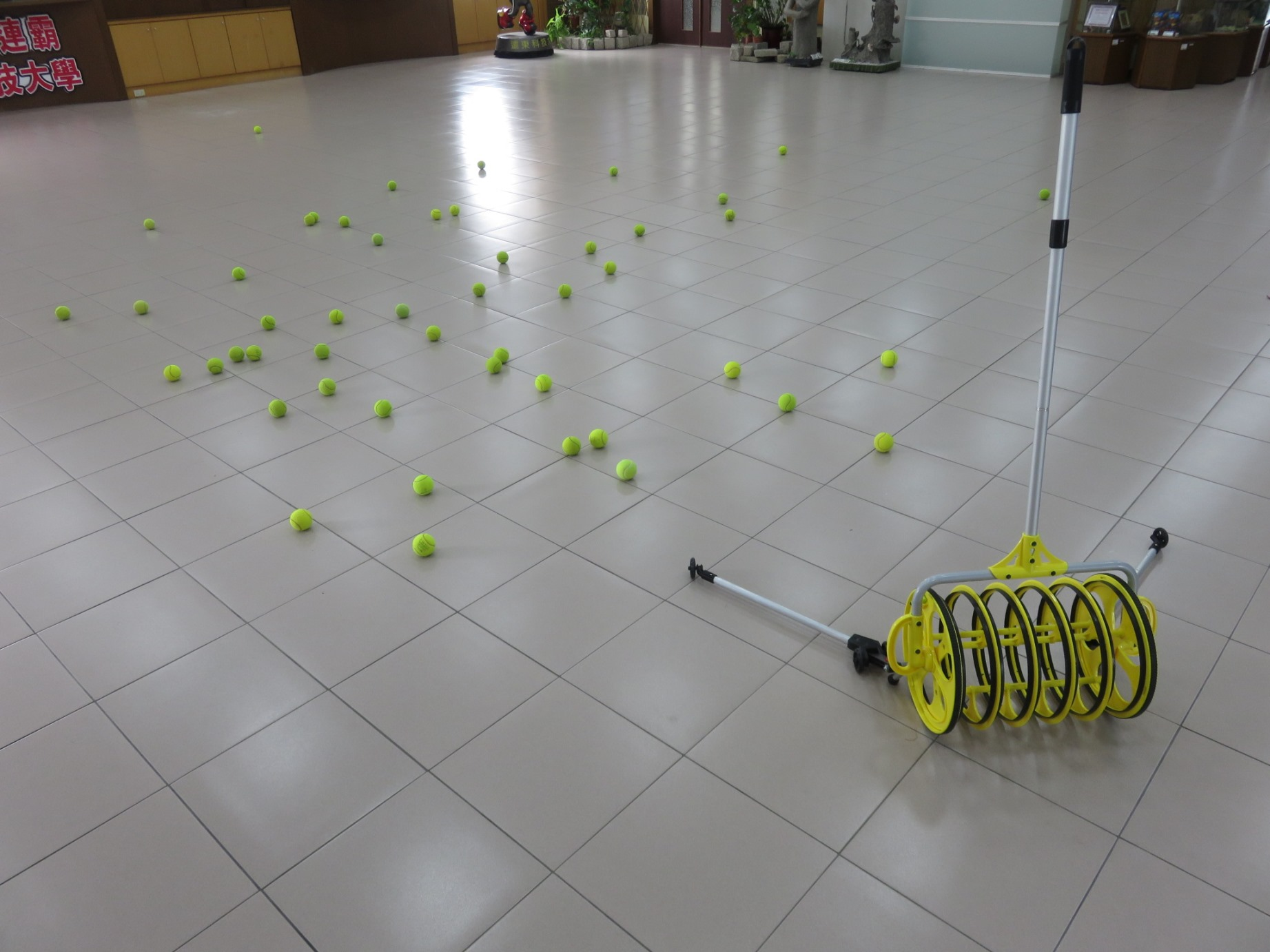 A High-Efficiency and Manpower-Saving Ball Collecting Device